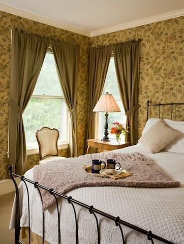33 - Lucy Ford-Slade Room - Swift House Inn