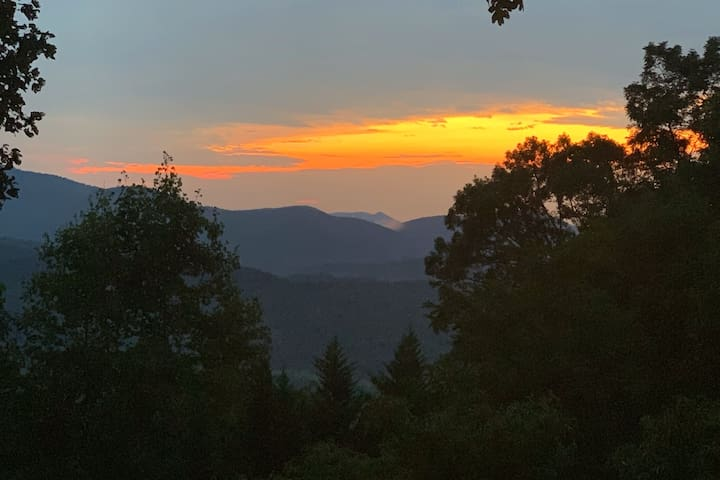 """Pet Friendly Mountain Top View at """"Cedar Sunsets"""""""