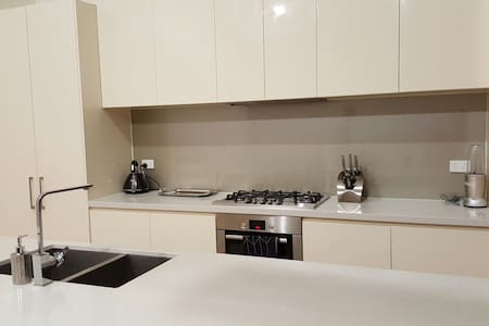 Cosy Home! Airport Pick up/Drop off - Car Included - Altona North - Townhouse