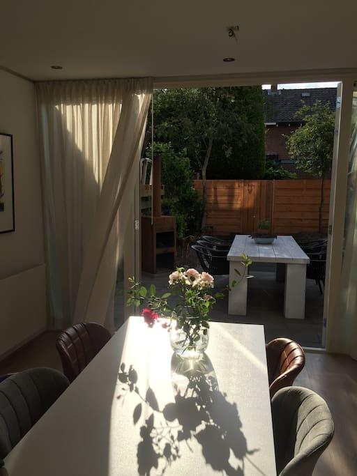Openslaande deuren naar de zonnige achtertuin
