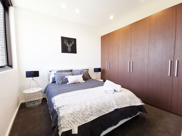 Stylish Luxury 1B APT with Car Space at Liverpool