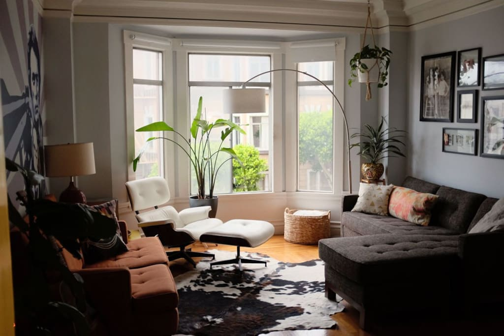 Huge bay window in the living room with a view onto the street.