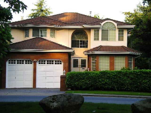 Beautiful Luxury Burnaby Home (Private Room)