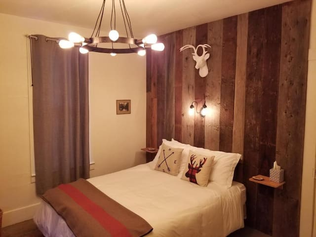 Mrs Anderson Lodging House - Queen Room- Downtown