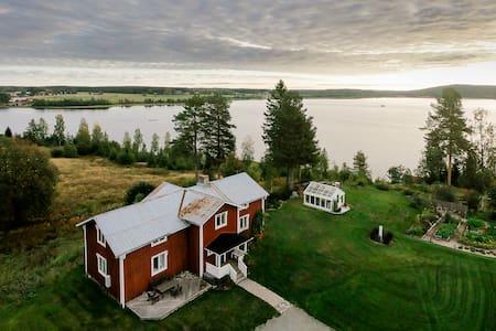 Rural house overlooking a lake in Västernäs