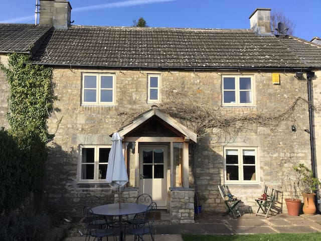 Cotswold cottage with great views - Gloucestershire