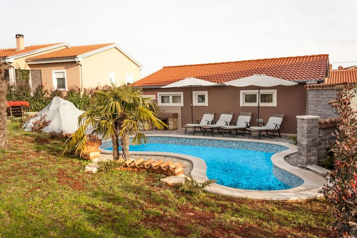 Cozy Pool House Tomas, near Pula, with 2 bedrooms