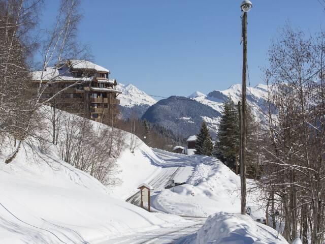 Retour skieur calme et vue à 180° au pied des pistes Valmorel
