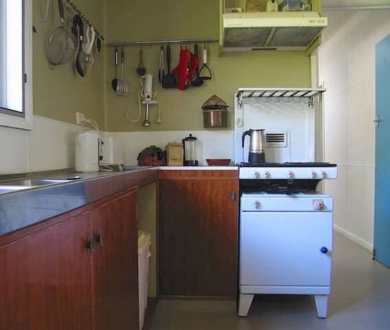 Kitchen sink bench and New World Stove