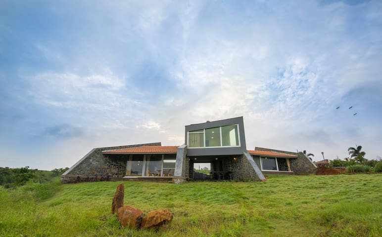 The Stone House,2BHK w Jacuzzi near Sula Vineyards