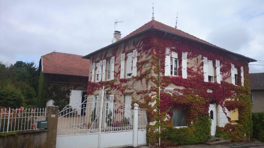 La casa : voir maison de charme Dolomieu   4 chambre 15 couchages
