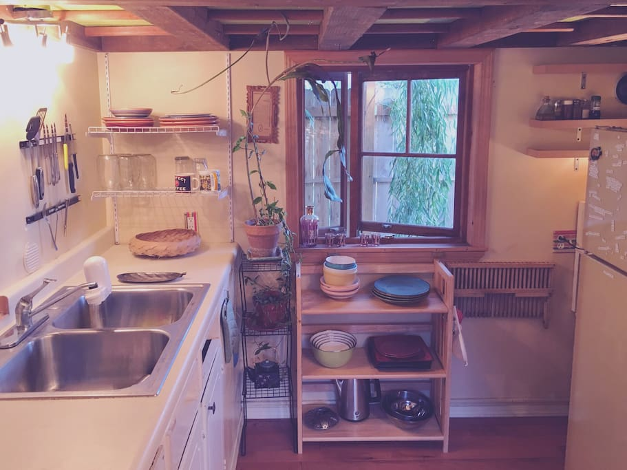 Cozy Kitchen, equipped with a hot plate and cooking essentials.