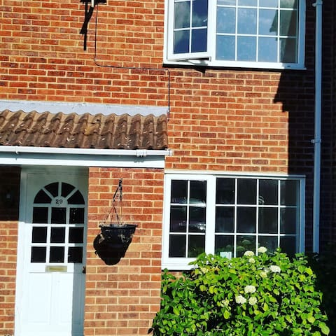 Secluded 2 bed house with garden centrally located