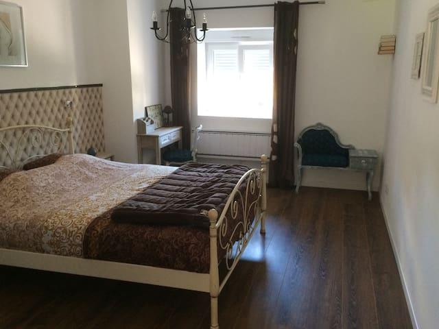 Chambre pour 2, lit 160x200, lavabo.