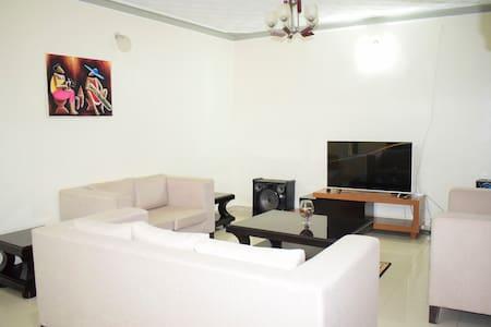 Serene Home with 4 bedrooms, Internet & Breakfast