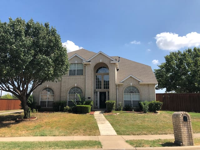 Super House!, N. Dallas, 10 beds, up to 30 guests.