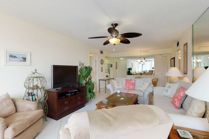 Sunny condo w/ shared pool and hot tub, tennis courts, & great bayfront location