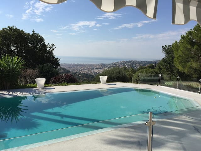 Cozy guesthouse overlooking Nice and the blue sea