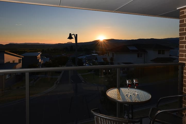 SUNSET OVER NEPTUNE, Gerringong - Gerringong - House
