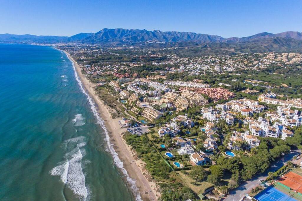 Vista aérea urbanización y playa frente apartamento