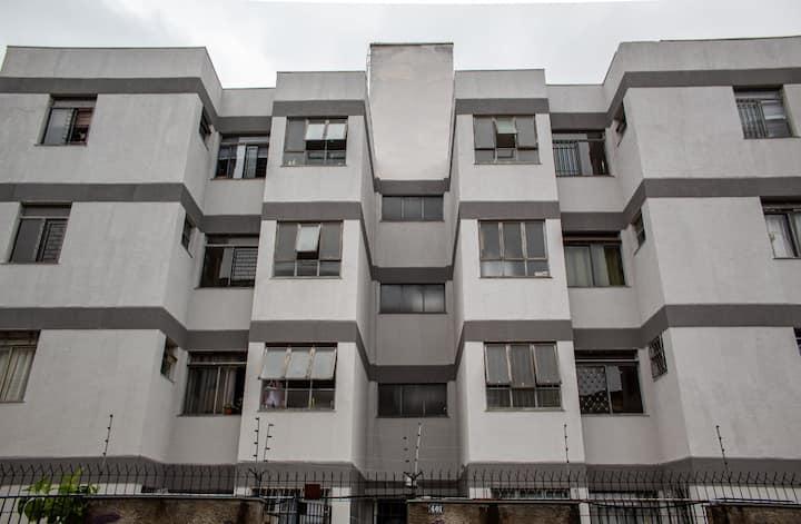 Apartamento mobiliado, privativo e bem localizado!