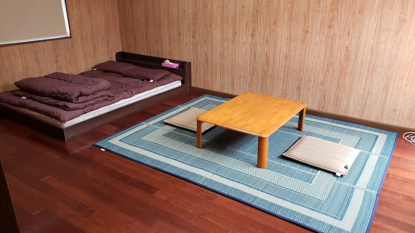 隠居家本館 One double bed/ダブルベッド2人部屋B