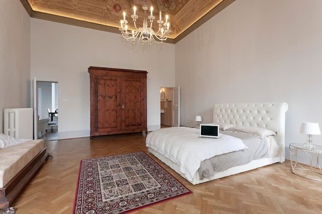 Double bedroom with frescoes, parquet flooring, bathroom en suite
