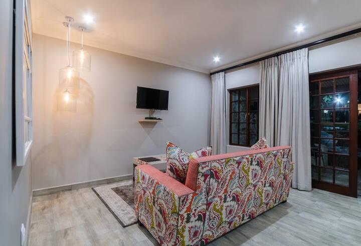 Nut Grove Manor - Flamboyant Suite