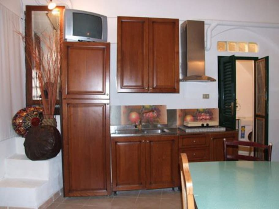 in questa foto ,primo piano sull'angolo cottura,ergonomico e comodo oltre che bello.dotato di frigo grande con congelatore ;lavandino in acciaio;la cucina è stata sostituita rispetto alla foto con una cucina a gas con quattro fuochi e forno.  tutta in ciliegio.