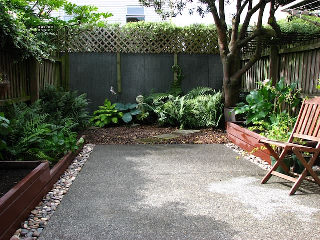 Sunny townhouse, centrally located - Christchurch