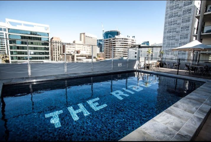 CBD - Private room with ensuite, Pool, Gym & BBQ