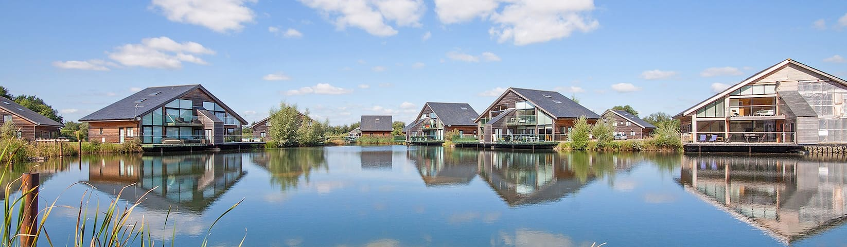 Cotswold Water Park Retreat- Waters Edge, hot tub