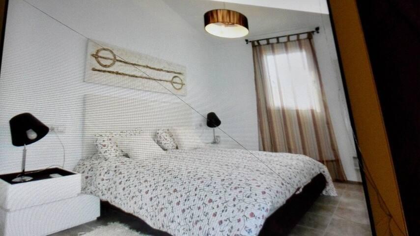 Habitación con cama de 150 cm