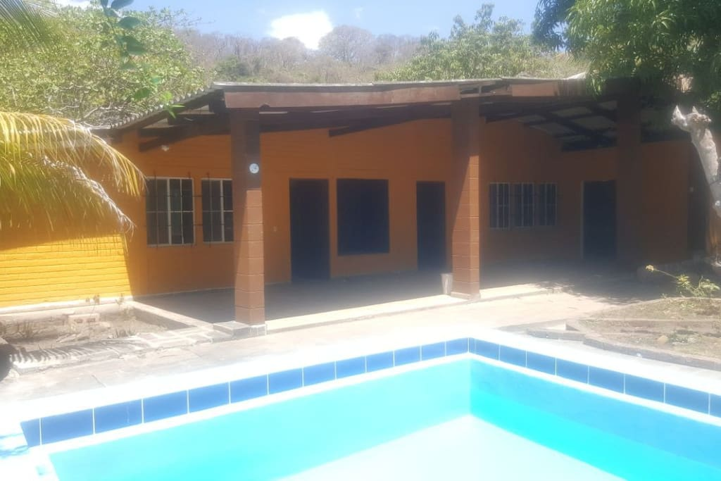 Vista de Rancho y piscina / Pool and ranch house view