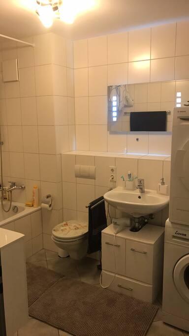 Bad mit Badewanne / Duschvorhang