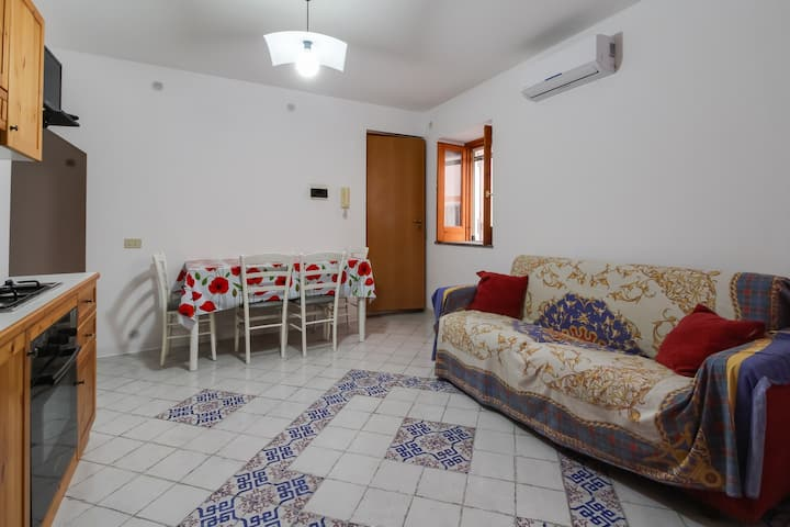 Charming ground-floor apartment close to the sea & downtown Acquacalda!