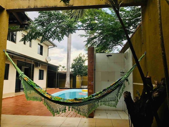 Suite independente no térreo em casa con piscina