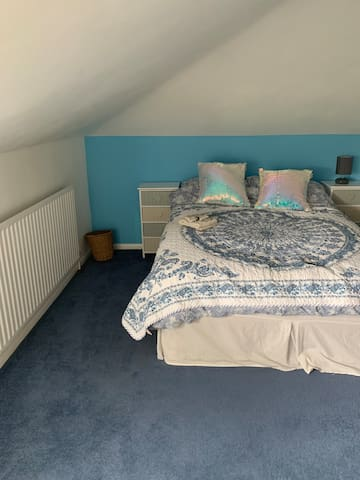 1 Double Bed in Attic (Blue) Room, Gravesend.