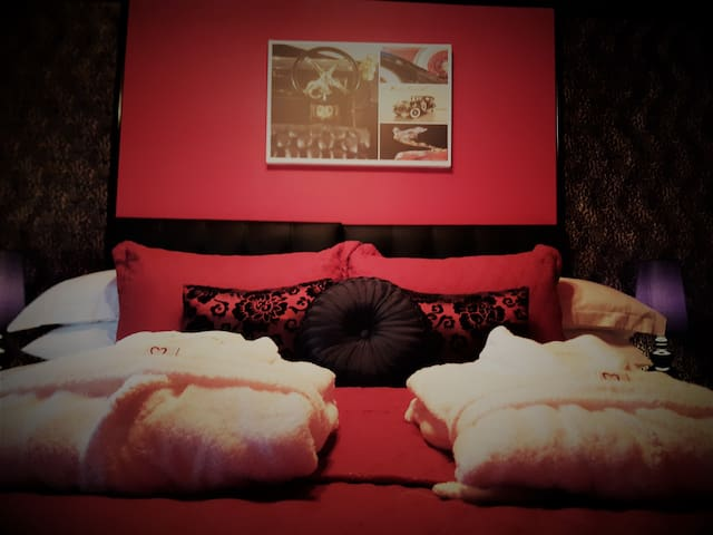 "Cadillac Kustomz Hotel ""Kustomz 55"" Room"