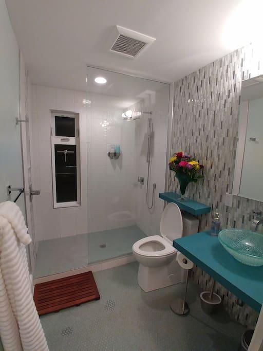 Saffron Suite bathroom