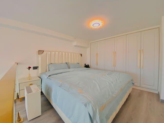 1.8*2.0米的双人大床,躺上去很舒适,床品很干净