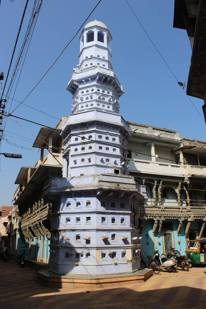 Deepmala (tower to lit lamps) in city