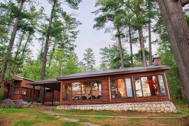 Beautiful lakefront log cottage - Mattawan - Kabin