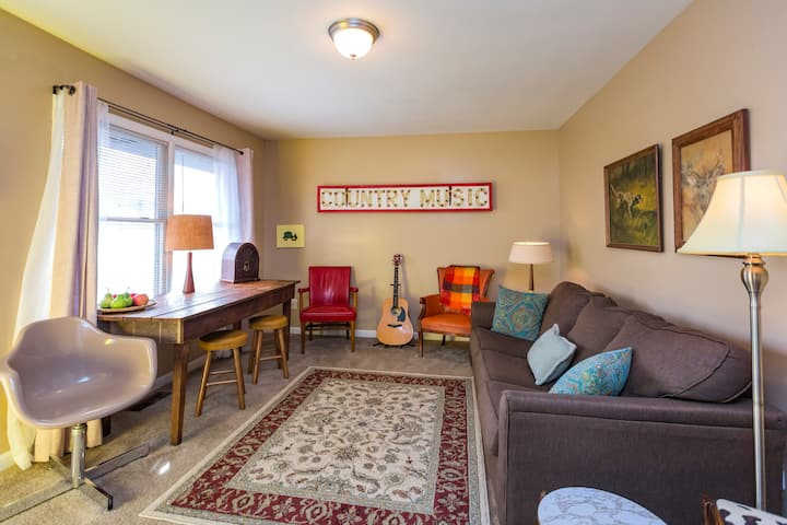 Cool and Comfy Monthly Rental 2br Near Downtown!