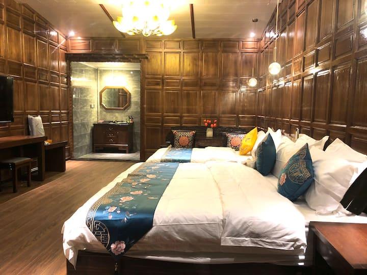 正对卡瓦格博雪山豪华落地观景房躺床上看雪山