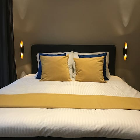 The Pearl Earring room is a comfortable private room with Queen-size bed & ensuite bathroom in the city centre of Amsterdam