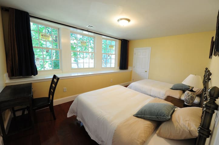 Cozy quiet room B (NearBU/Fenway/Downtown/HWS)