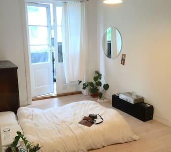 Central, cozy room with private balcony - Apartamento