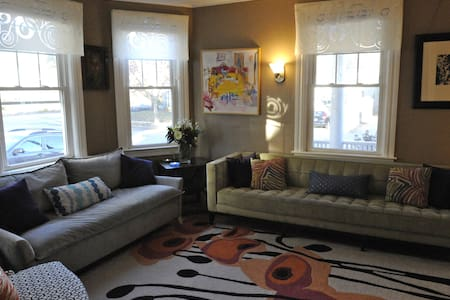 Delightful East Side 2BR, walk to Brown/RISD/dwntn - Providence