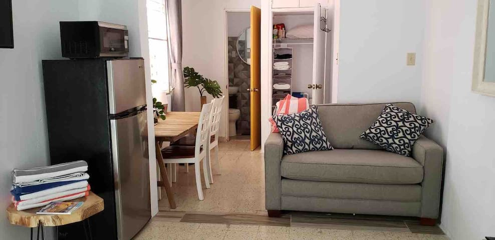 Good Vibes Only! Close to beach and airport! Apt 1